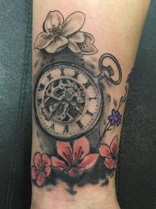 Tatuaje de reloj antigüo y flores