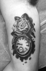 Tatuaje de reloj antigüo y rosa