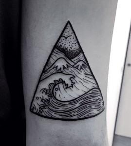 Tatuaje de puntillismo con olas de mar