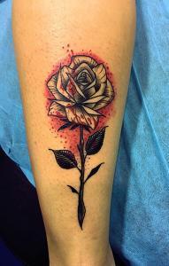 Tatuaje de rosa negra y roja