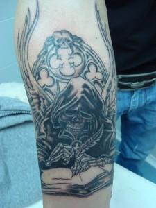 Tatuaje de la muerte escribiendo