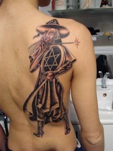 Tatuaje de una bruja en la espalda