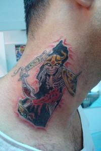 Tatuaje de guerrero en cuello