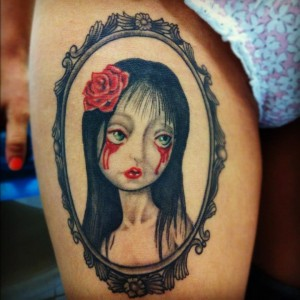 Tatuaje de mujer llorando sangre