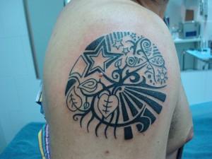 Tatuaje de hojas de árbol