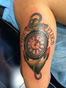 Tatuaje de reloj en ancla