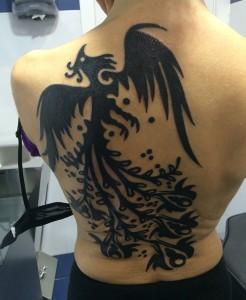 Tatuaje de pájaro en la espalda