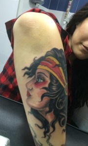 Tatuaje de cabeza de mujer en brazo