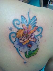 Tatuaje de ángel alado durmiendo en flor