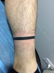 Tatuaje de una línea en el tobillo