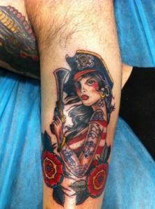 Tatuaje de mujer pirata