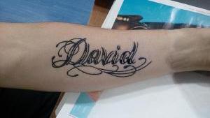 Tatuaje de henna de lettering con nombre de David