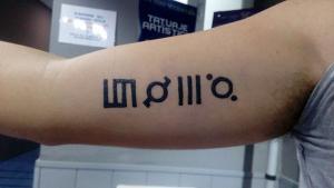 Tatuaje de henna de lettering