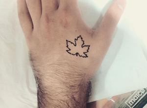 Tatuaje de henna de hoja en la mano