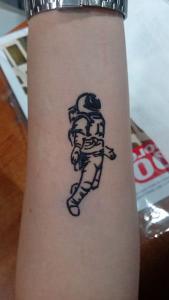 Tatuaje de henna de astronauta
