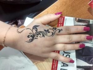 Tatuaje de henna de flores en la mano