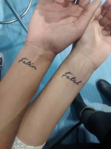 Tatuaje de henna en muñecas