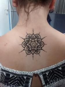 Tatuaje de henna de mandala en espalda