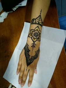 Tatuaje de henna árabe en mano