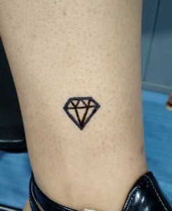 Tatuaje de henna diamante en tobillo