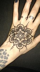 Tatuaje de henna en mano de una mandala