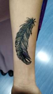 Tatuaje de henna de una pluma