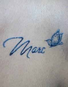 Tatuaje de henna de mariposa y tipografía