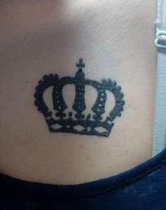 Tatuaje de henna de corona