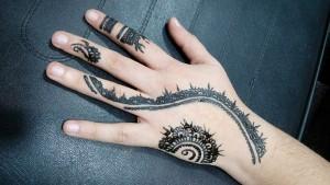 Tatuaje de henna en mano