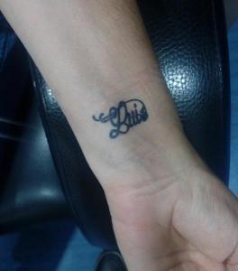 Tatuaje de henna de lettering con nombre de Luis