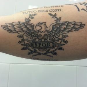 Tatuaje de escudo de águila