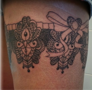 Tatuaje de liga en pierna