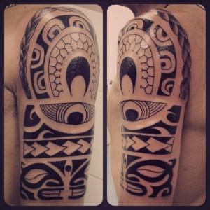Tatuaje maorí en brazo