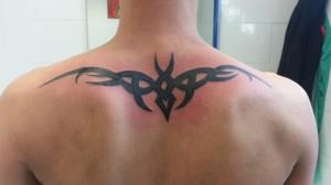 Tatuaje tribal en espalda