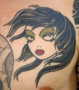 Tatuaje de chica morena con el pelo al viento
