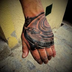 Tatuaje de tocadiscos en mano