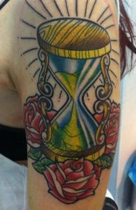 Tatuaje de reloj de arena y rosas