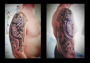 Tatuaje maorí en brazo y hombro