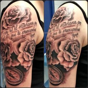 Tatuaje de brújula y rosas