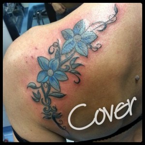 Tatuaje cover up de flores azules