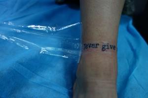 Tatuaje de lettering en muñeca