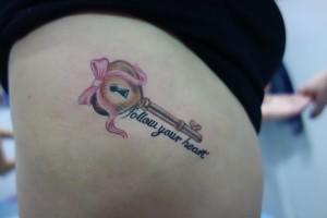 Tatuaje de llave con mensaje