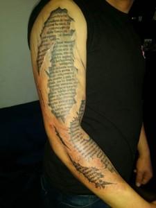 Tatuaje de lettering por todo el brazo