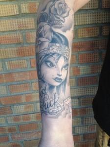 Tatuaje de cabeza de mujer y rosa