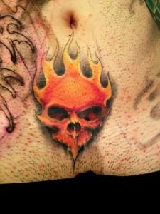 Tatuaje de calavera ardiendo