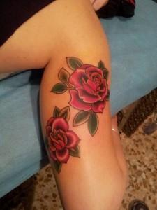Tatuaje de dos rosas en el brazo