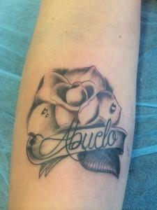 """Tatuaje de rosa con la palabra """"Abuelo"""""""