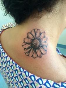Tatuaje de flor en cuello realizado en nuestro centro de Parquesur - Madrid
