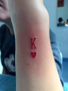 Tatuaje de K de corazones
