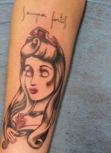 Tatuaje de princesa en brazo
